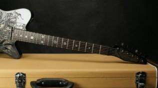 kerennya-gitar-yang-terbuat-dari-logam-dengan-motif-ukiran